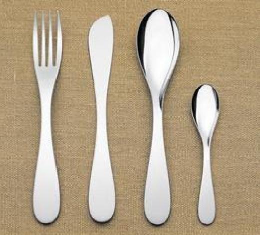 De vereenvoudigde, glooiende vormen zorgen voor een stijlvol, stapelbaar bestek.