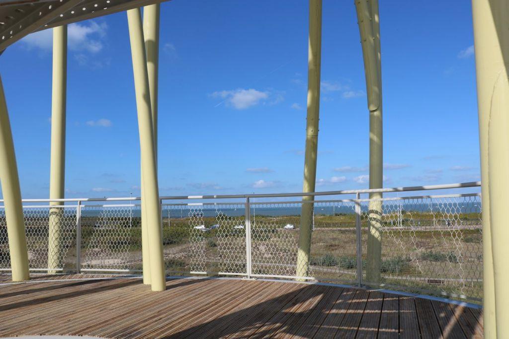 De balustrades in strekmetaal zorgen voor een open en vrij gevoel op het uitkijkplatform.