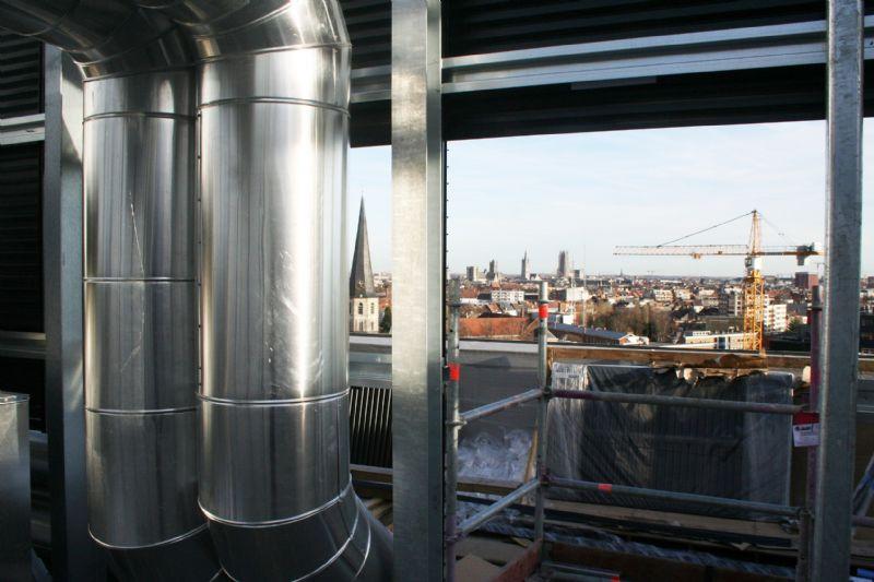 De technieken die voordien in het afzonderlijke stookgebouw waren ondergebracht, zijn verplaatst naar een bijkomend niveau op het dak.