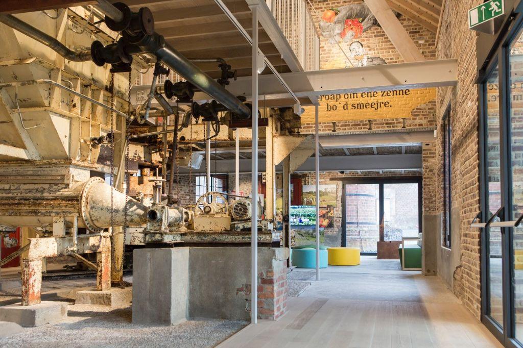 De industriële machines in het historisch gebouw