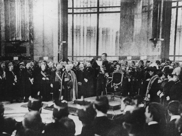 Koning Albert I huldigt het museum in op 30 april 1910. Tal van hoogwaardigheidsbekleders zijn aanwezig, ook architect Girault.