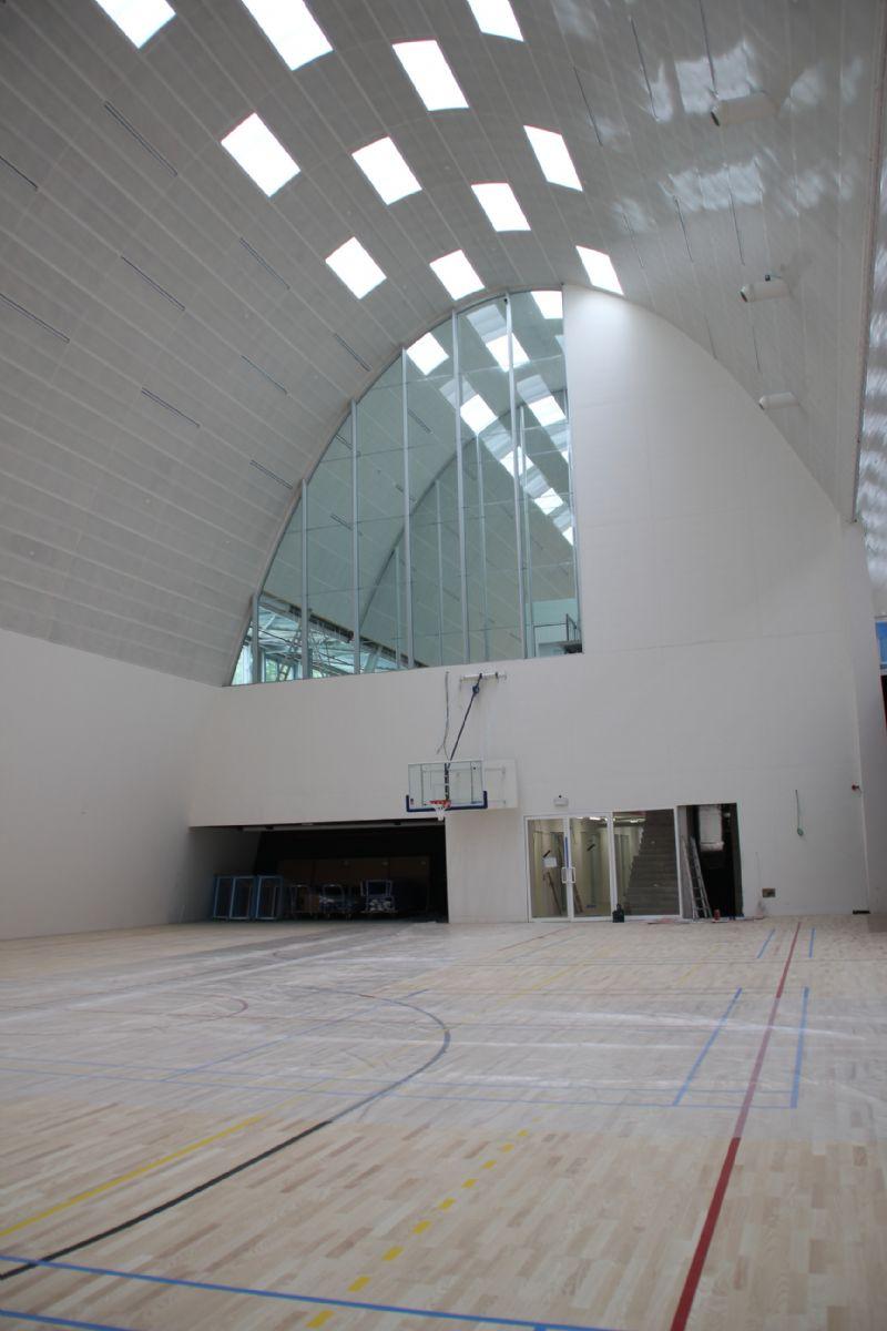 Aangezien de sporthal een gebogen plafond heeft, moest men op zoek naar asymmetrische ledverlichtingstoestellen.