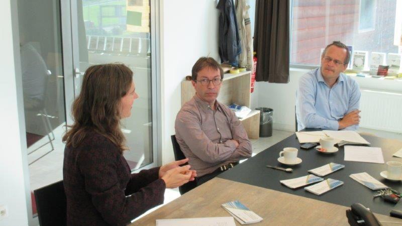 Kristine Verachtert (Ruimtelijk Beleid stad Leuven) richt zich tot Paul Vermeulen (De Smet Vermeulen architecten) en moderator Rik Neven.