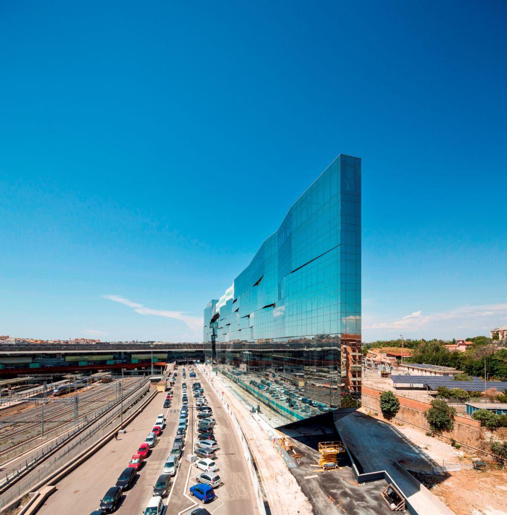 Les architectes du bâtiment du siège de BNL-BNP Paribas à Rome ont pu jouer avec les couleurs et les réflexions grâce au verre de contrôle solaire.