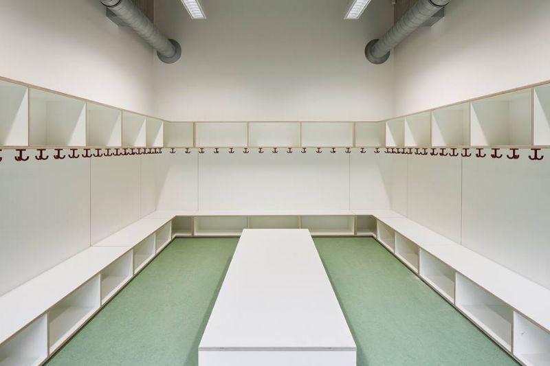 De school heeft een oppervlakte van 700 m².