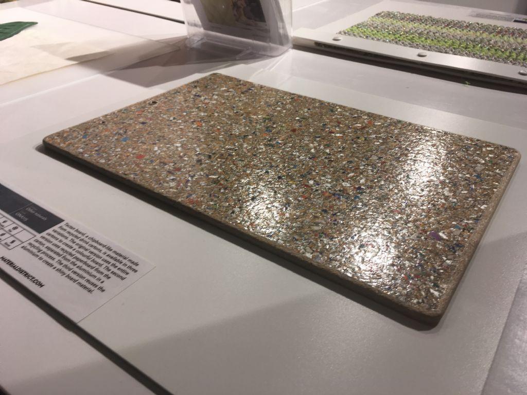 Deze vezelachtige plaat is gemaakt van drankkartons.