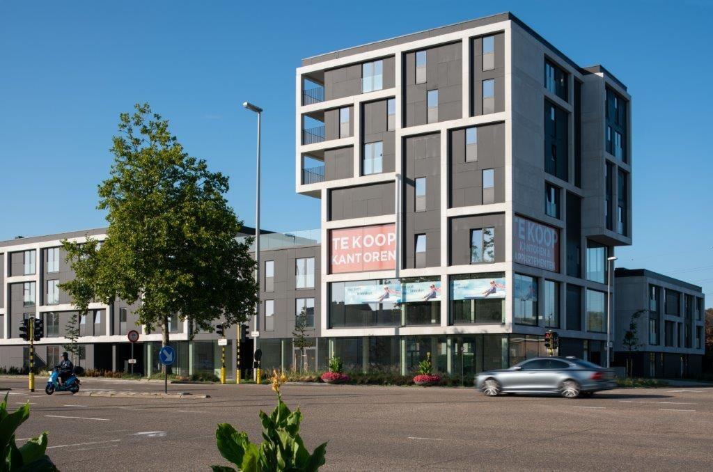 Onder meer dankzij het hoogteaccent op de hoek is Residentie Alba een gracieus volume met een unieke identiteit. (Beeld: Patrick Van Gelder – MAMU architects)
