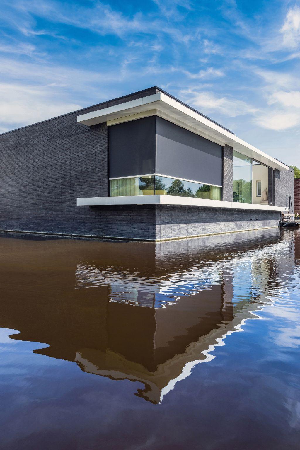 Fenêtres et protection solaire réunis au sein d'un design minimaliste