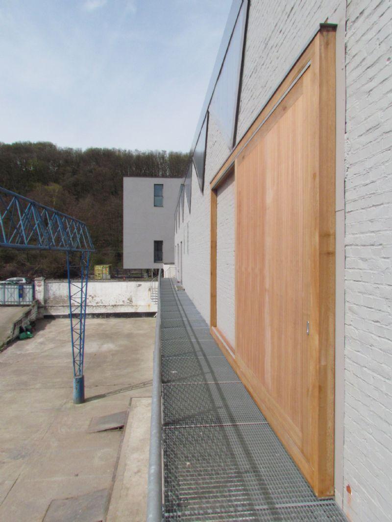 L'ensemble du bâtiment a été peint en gris et les nouvelles menuiseries extérieures sont en bois exotique non traité. AIUD a accordé une importance particulière au choix des teintes et des matières.