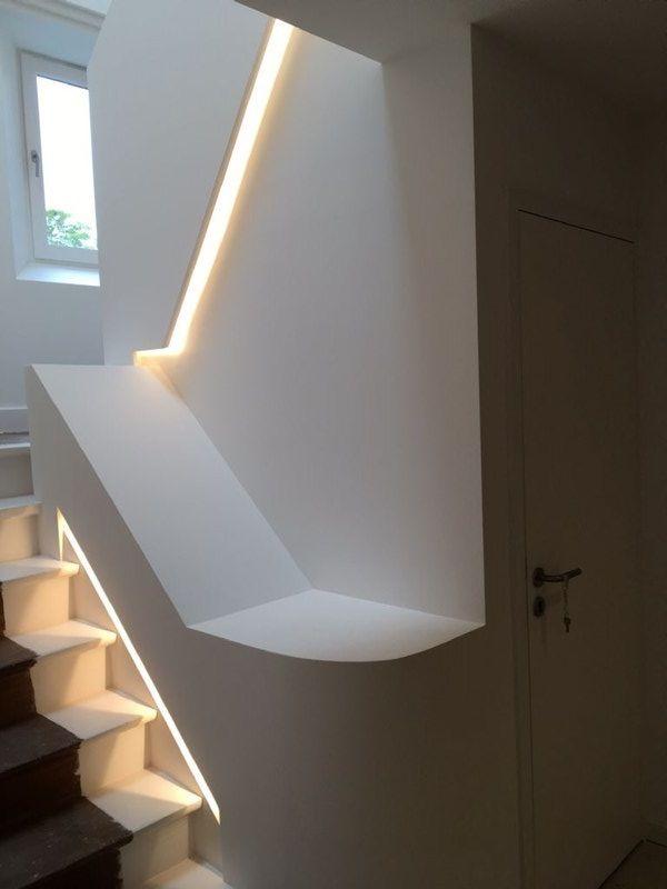 Het trappenhuis is opengewerkt en gemoderniseerd met behulp van lichtsleuven, welvingen en kokers.