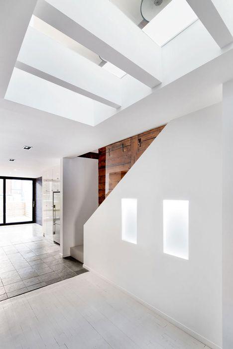De glazen vloer verbindt de boven en onderverdieping en brengt zonlicht tot diep in het huis.