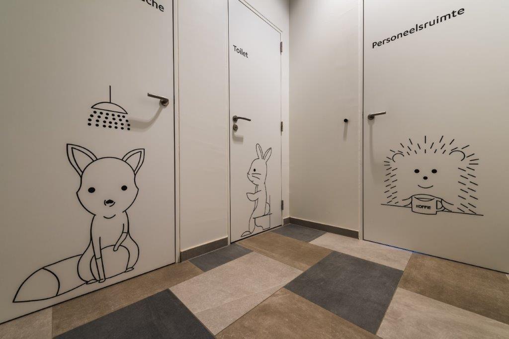 Schattige diertjes op deuren, ramen en muren tonen de kinderen welke functies bepaalde ruimtes hebben. (Beeld: Yoni De Mulder)