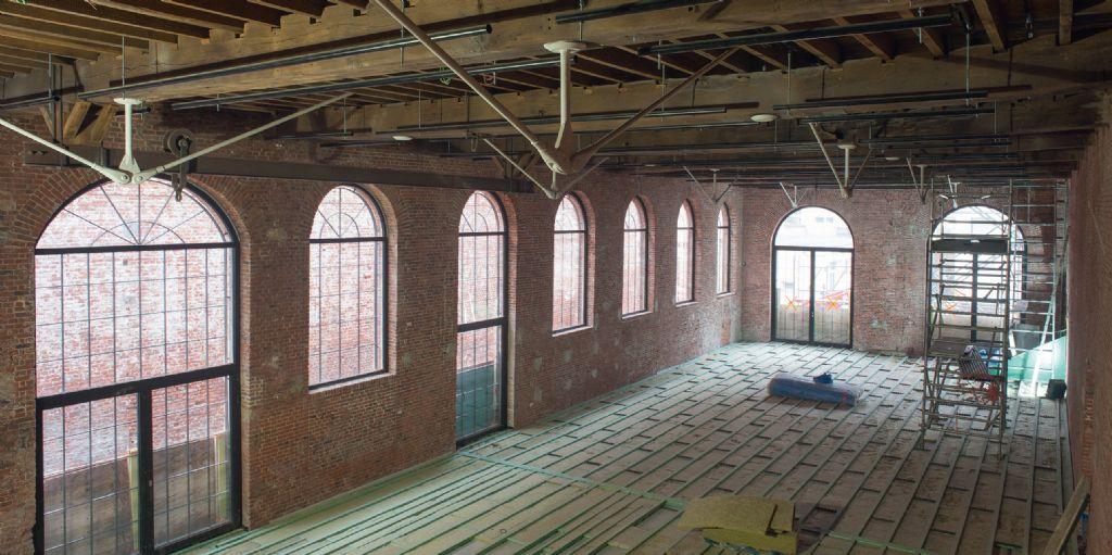 Het project Tour à Plomb bestaat uit de renovatie van een oude metaalgieterij in het centrum van Brussel. Negen oude balken en de oude vloer van 500m² werden behouden en versterkt om de authenticiteit van het gebouw te bewaren (Arnaud Dawans)