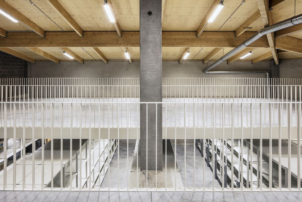 Het opslagdepot is gecompartimenteerd in een viertal kamers: een grote ruimte met palletrekken, een opslagruimte voor eerder fragiele objecten (schilderijen, kledij …), een metaalruimte en een streng beveiligde wapenkamer. (Foto: Piet-Albert Goethals)