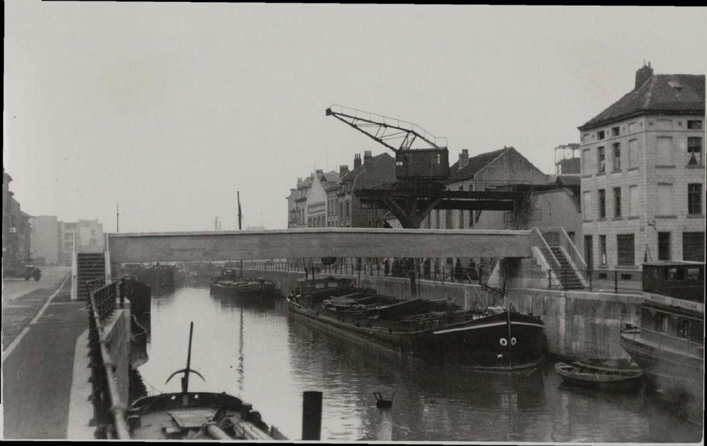 De loopbrug aan de Gosseliesstraat in Anderlecht in 1945.