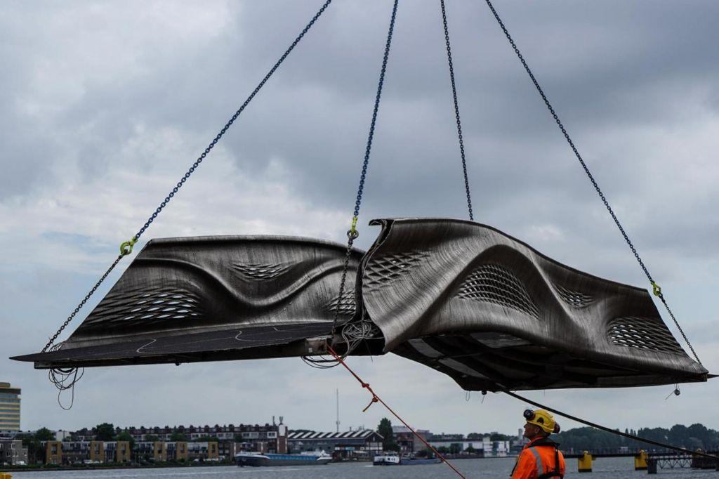 La passerelle a été imprimée en 3D à partir de 4500 kilos d'acier inoxydable.