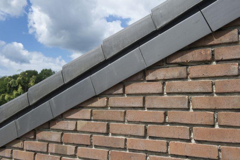 De keramische sarkingflap als verbinding tussen gevel en dakpannen