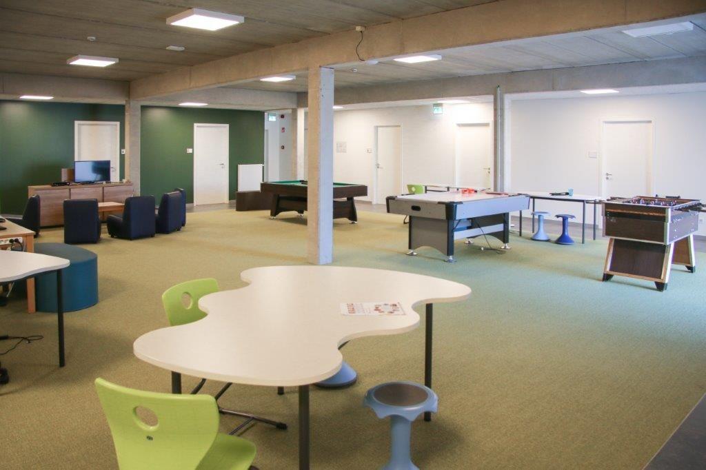 De kamers van het internaat geven uit op twee centrale ontspanningsruimtes. (Beeld: Archiles architecten)