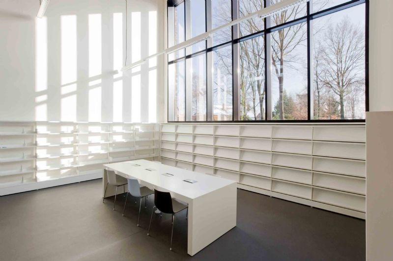 Door de grote ramen is er ook voortdurend contact tussen interieur en exterieur, waardoor bezoekers voelen dat zij een onderdeel van de gemeenschap zijn.