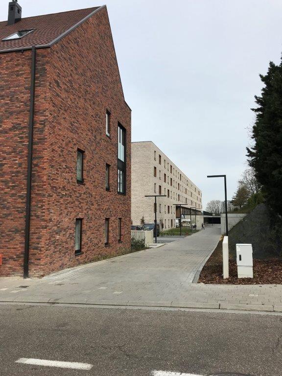 Blokken B en C zijn hoofdzakelijk opgetrokken in rood-bruin-grijs genuanceerde bakstenen en dito tegelpannen. (Foto: a33 architecten)