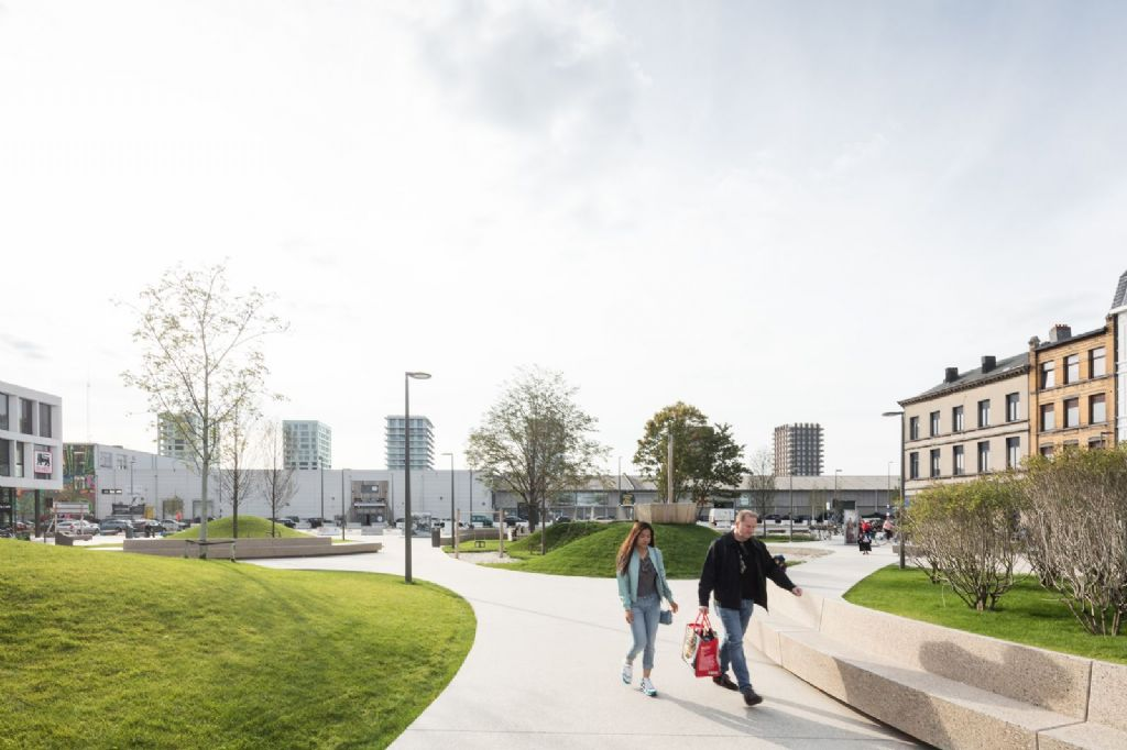 Groene lobben en kronkelende verharde wandelpaden domineren het ontwerp van het Schengenplein