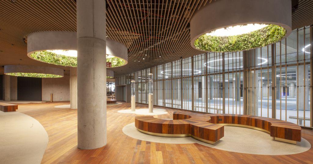 De 'Connector', een fraai afgewerkte ontmoetingsruimte met enkele extra winkels, zorgt ervoor dat het boven- en ondergrondse gedeelte naadloos in elkaar overlopen.