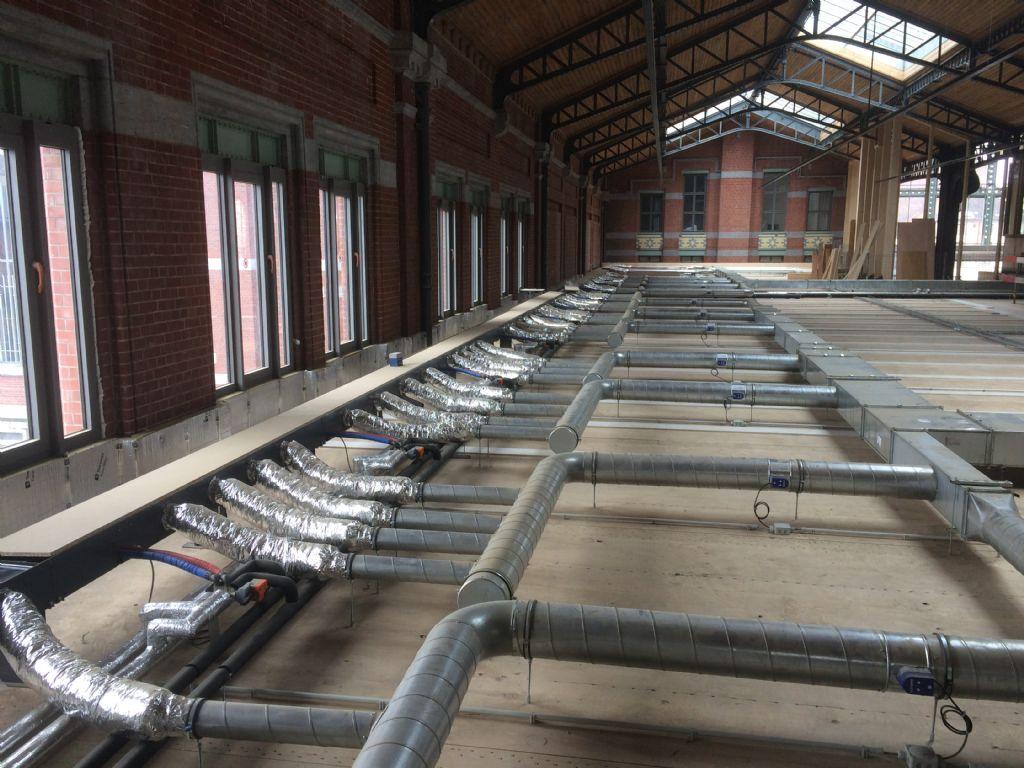Jaga a placé 640 unités avec une arrivée d'air hygiénique sur mesure et des caniveaux vides pour connecter le tout.