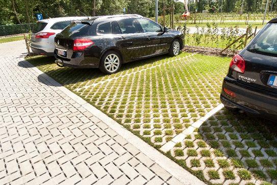 Een voorbeeld van een waterdoorlatende verharding op een parkeerterrein.