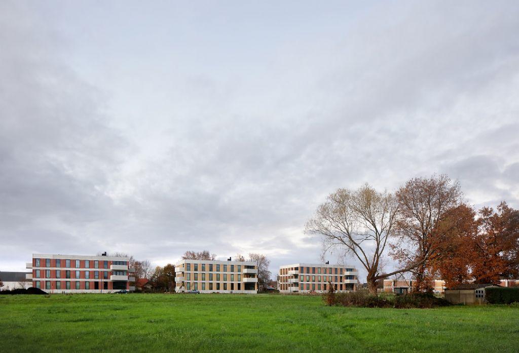De 3 gebouwen tonen zich als autonome volumes.