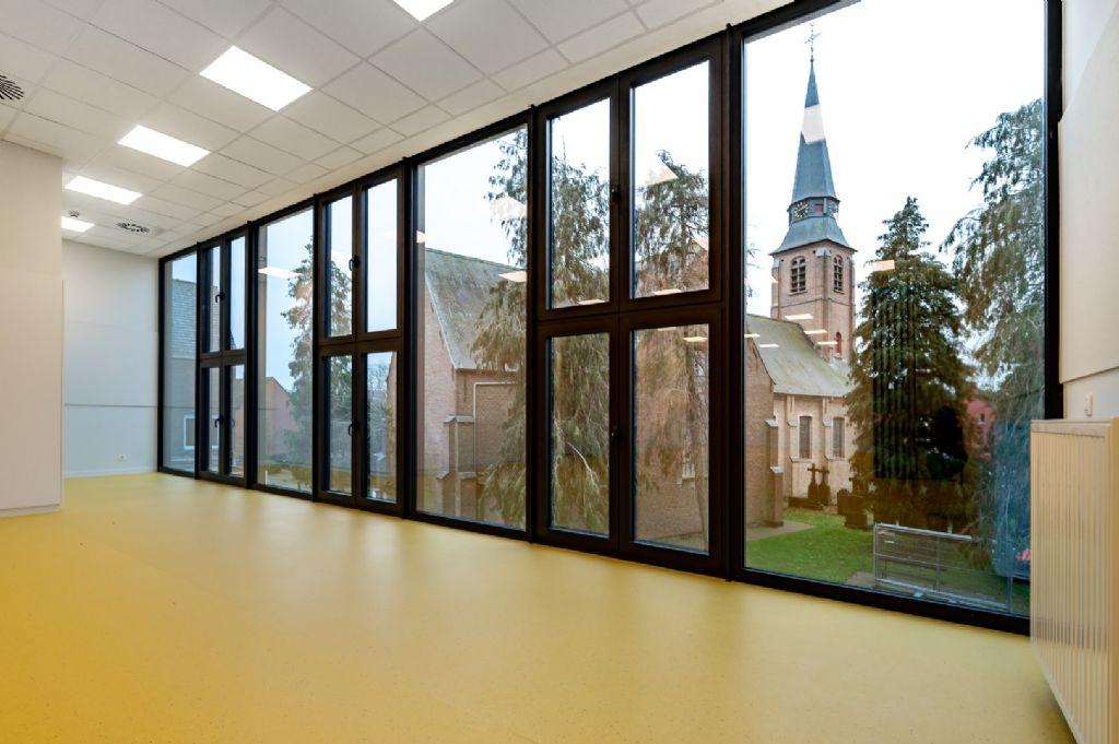 Onderhoudsvriendelijke en duurzame vloeren voor nieuwbouwgedeelte Vrije basisschool De Sprong