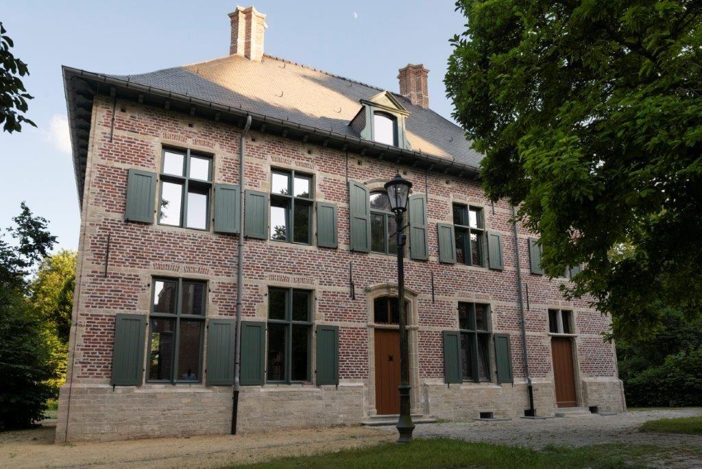 De historische pastorie heeft haar uitstraling van weleer teruggevonden. (Beeld: PIT Antwerpen)