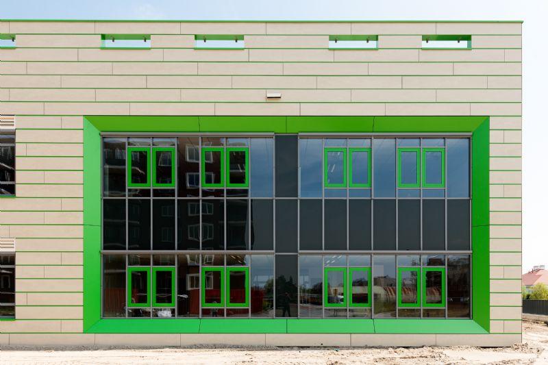 Brede School Westwijk valt op met felle kleuren en SVK-gevelplaten