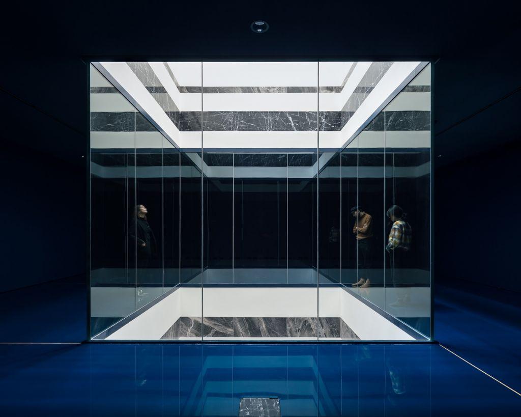 De lichtval gezien vanaf de blauwe kabinetten. Deze ruimte zal delicate kunstwerken tentoonstellen.