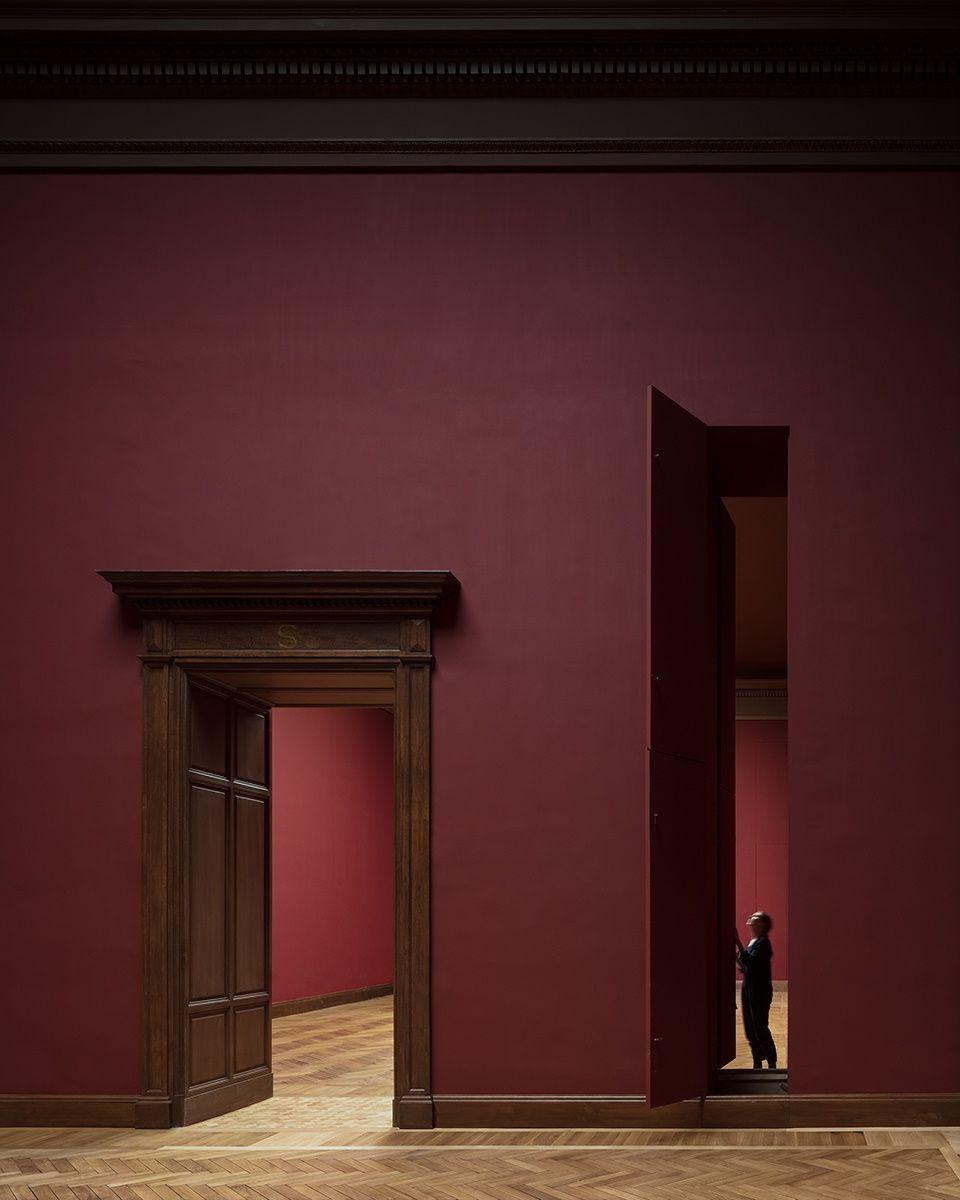 Vanaf hier kunnen de schilderijen naar de aangrenzende zalen gebracht worden als er een specifieke route, een smal pad van verticale openingen, gevolgd wordt.