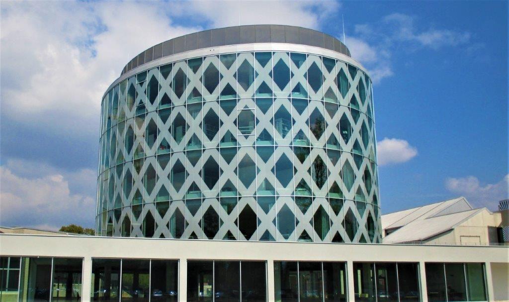 Het fraaie inkomgebouw centraliseert niet alleen de vitale functies van de hogeschool, maar geeft de UCLL-campus in Diepenbeek ook een nieuw gezicht.