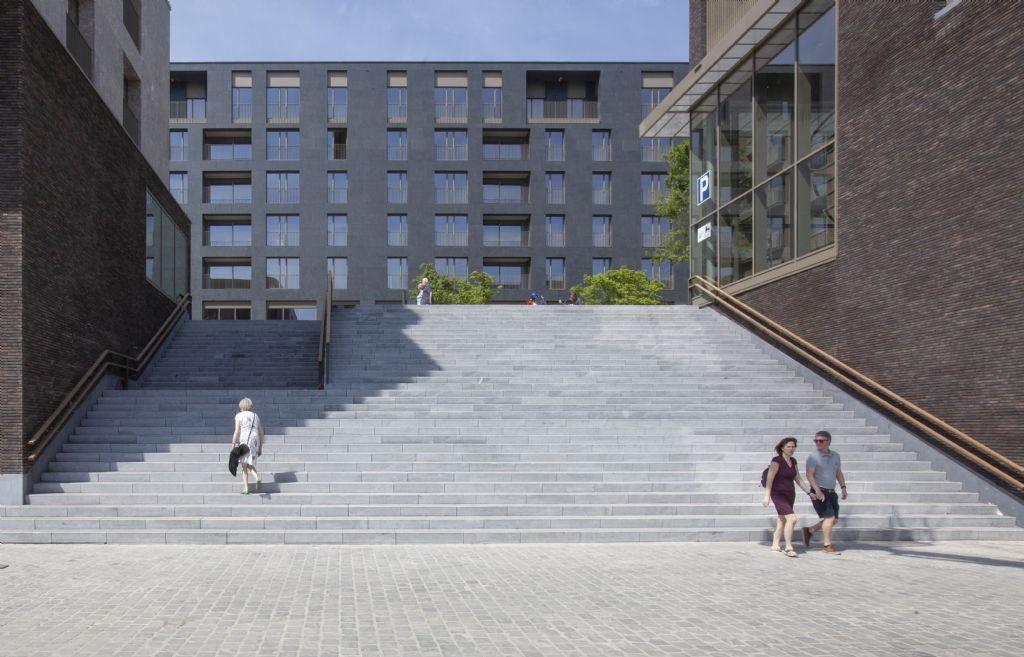 De winkelboulevard en de kade zijn met elkaar verbonden via brede trappen.