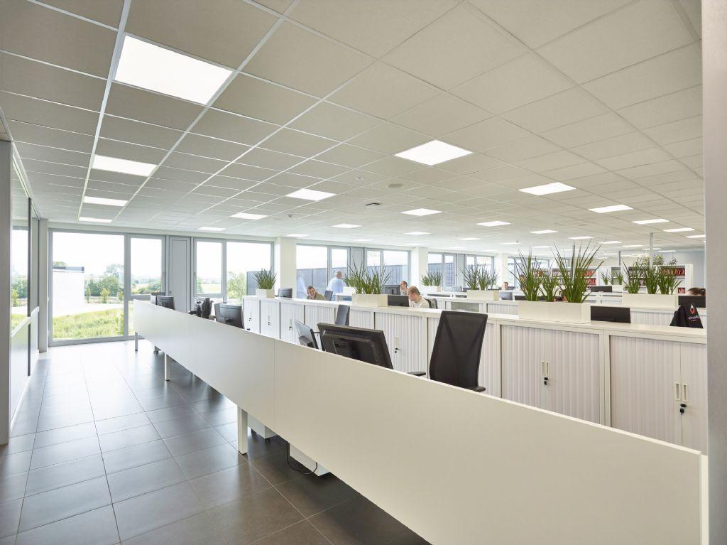 In hun nieuwbouwkantoor in Tielt rustte de firma Verona Pro de oost- en zuidgevel uit met Fixscreen doekzonwering en nachtkoelingsroosters van Renson.