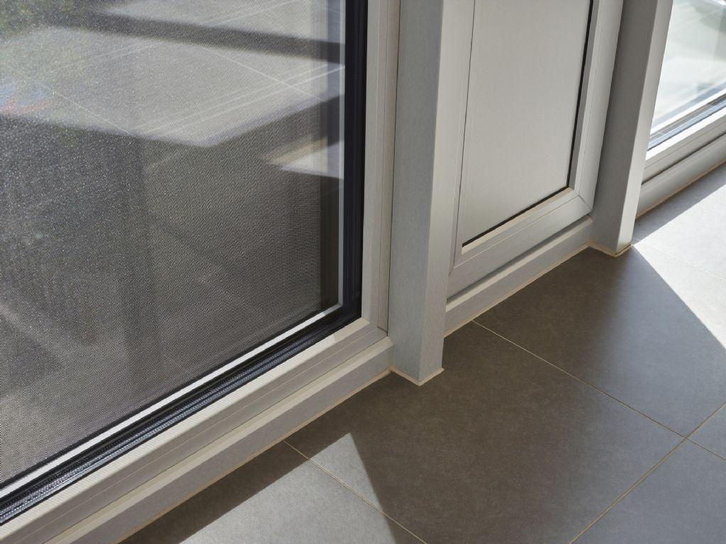 Kantoor Verona Pro in Tielt uitgerust met Fixscreen doekzonwering en nachtkoelingsroosters van Renson.