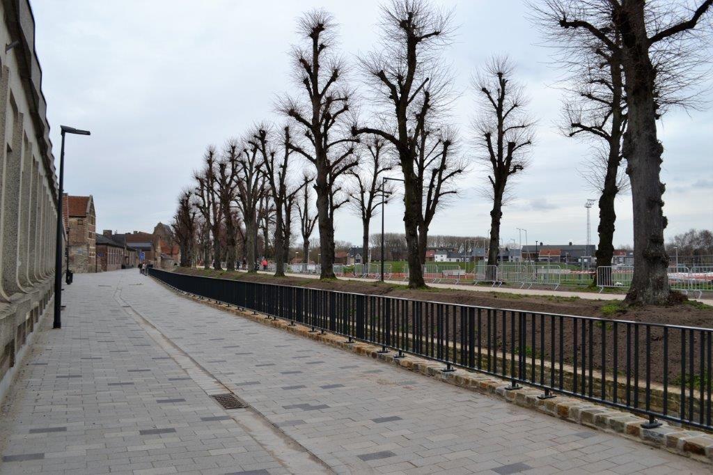 Op de promenade langs de waterloop zijn betontegels in het formaat 30x15 geplaatst, een groter formaat dan de klassieke 22x11 om het comfort te bevorderen.
