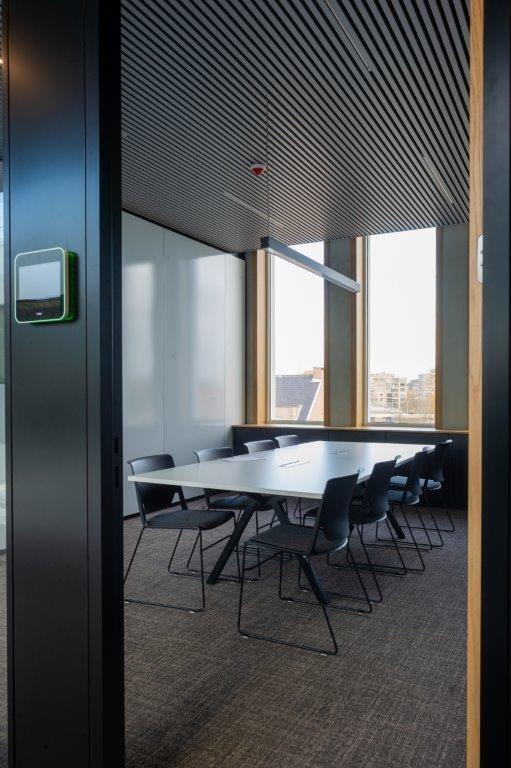 De eerste en tweede verdieping zijn voorbehouden voor vergaderzalen en landschapsbureaus, doorspekt met afgesloten 'bubbels' waar de medewerkers zich kunnen afzonderen voor overleg of telefoongesprekken. (Beeld: Wesley Nulens Fotografie)