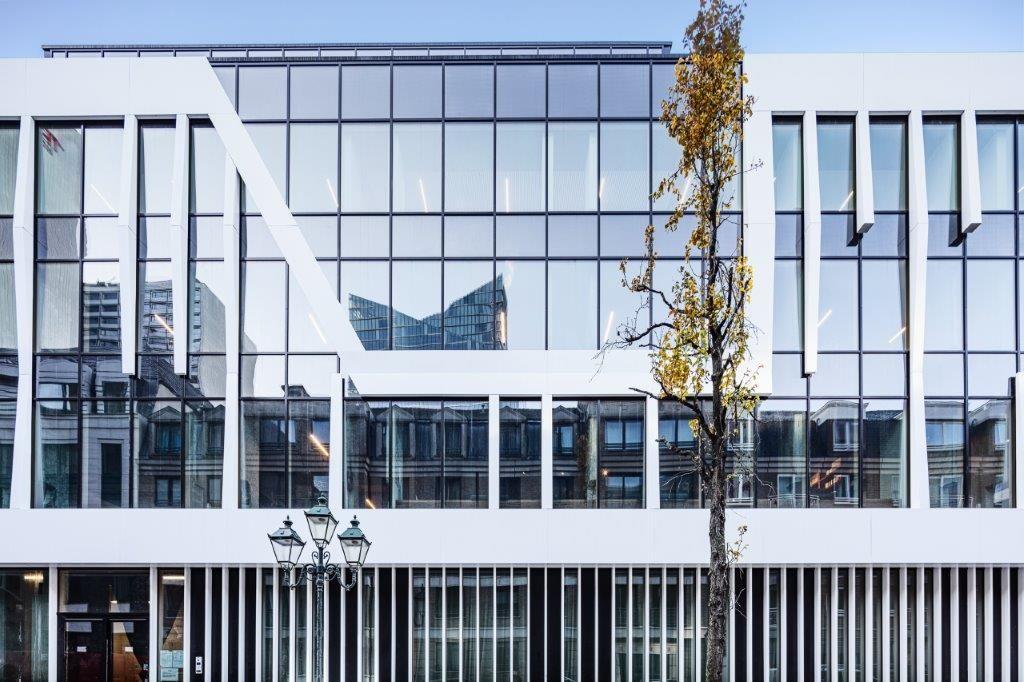 Wat SEVEN eveneens bijzonder maakt, is dat het een 'nearly zero energy building' is. Dit is onder meer te danken aan het hybride gevelsysteem.(Beeld: Eric Bouvier)