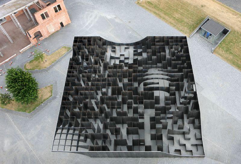 Dwaaltocht van 1 kilometer in stalen C-mine labyrint