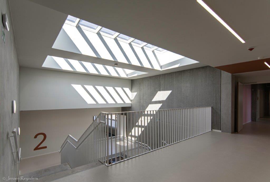 De monumentale traphal met grote lichtstraten zorgt voor een groot ruimtegevoel.