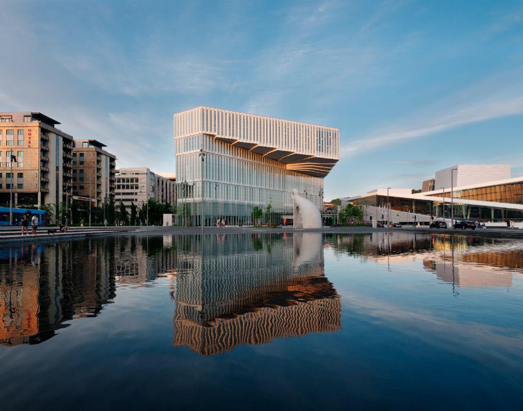 Uitkragende bibliotheek siert waterkant in Oslo