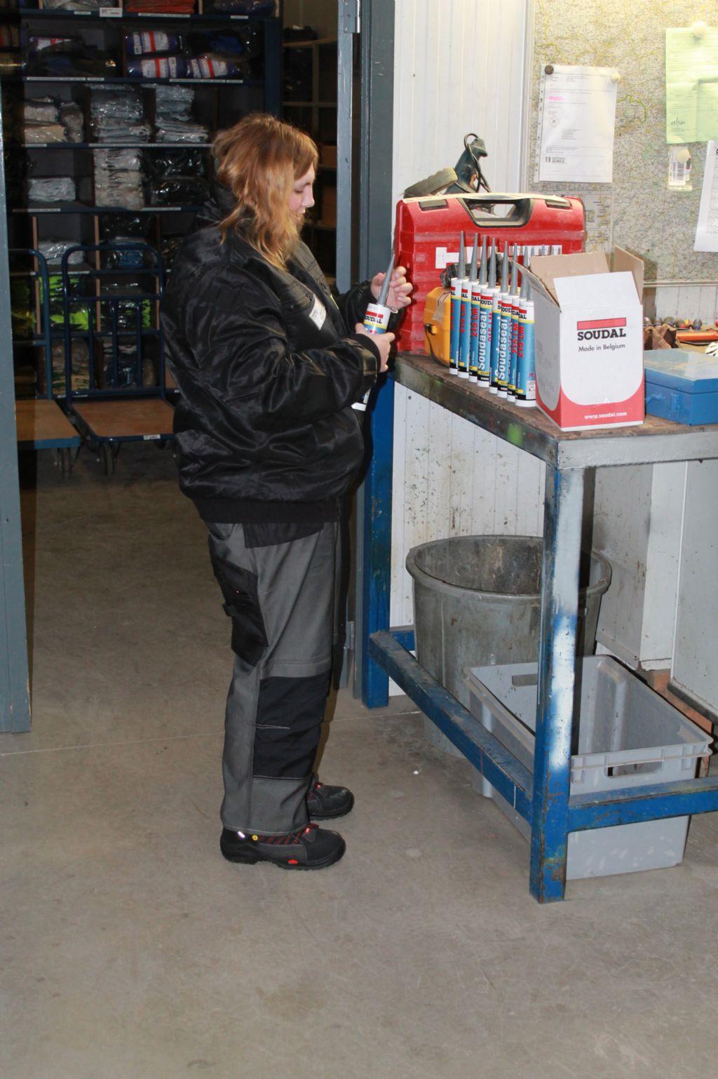 Femke maakt de siliconen verpakkingen klaar voor gebruik.