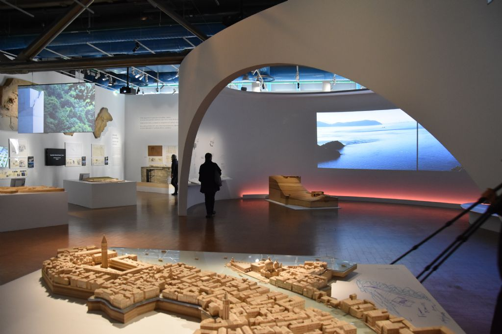 Op de voorgrond grote maquette van Venetië met Ando's renovatie van de Punta della Dogana, op de achtergrond de ruimte met de projecten op het eiland Naoshima