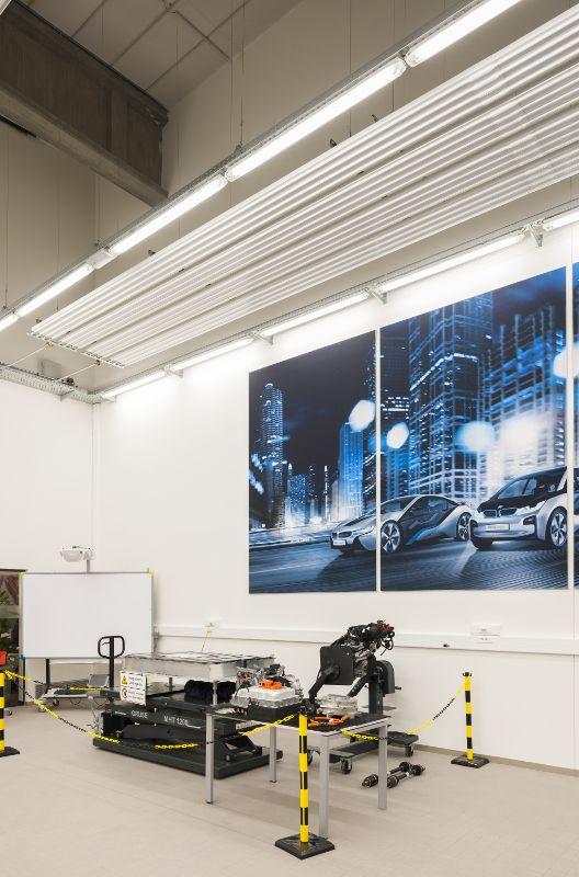 Plafondstralingspanelen waren de ideale oplossing, onder meer omdat de wanden en vloeren worden ingenomen door allerlei machines en voertuigen.