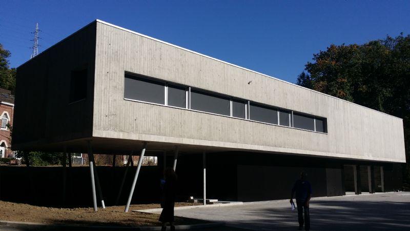 Le béton de façade présente une surface rugueuse. A terme, il est prévu que celle-ci accueille la formation de mousse et de micro-végétaux pour se fondre dans la végétation.