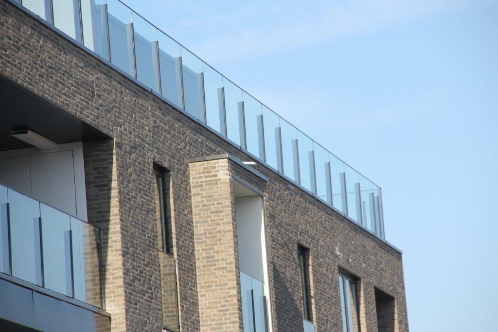 Terrassen, galerijen, een mooi plein aan de voorzijde van het complex: de bewoners hoeven zeker niet binnen te blijven.