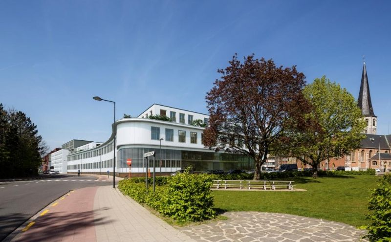 Er werd geopteerd een continu kronkelend bouwvolume op te richten beginnend op de kop van de site aan het Beneluxplein en eindigend met aansluiting op de straatwand van de bestaande rijhuizen langsheen Einde Were.